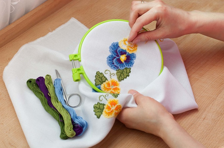 Which is better hand embroidery or machine embroidery